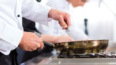 Arriva la finanza, cuoco e camerieri  in fuga: erano tutti irregolari