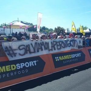 """""""#salviamolapernigotti1860"""" lo striscione dei lavoratori al passaggio del Giro d'Italia"""