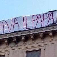 """Striscioni anti-Salvini contagiano Torino: in piazza San Carlo spunta un """"Viva il Papa"""""""
