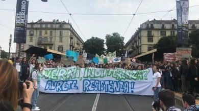 """Studenti e lavoratori in piazza per il clima:  """"In Comune una mozione per l'ambiente"""""""