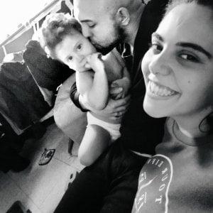 """Bimbo di 19 mesi morto a Novara, fermati per omicidio la mamma e il compagno: """"Violenza disumana"""""""