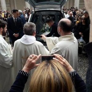 """Il vescovo di Novara al funerale di Leonardo: """"I bambini non sono proprietà di nessuno"""""""