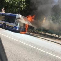 Corto circuito, l'ennesimo bus va a fuoco a Moncalieri