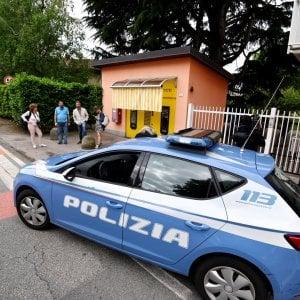 Tragedia di Pavone, per l'autopsia il tabaccaio ha sparato dal balcone. Botta e risposta Salvini-Conte