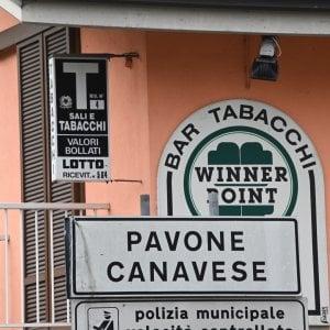 Una fiaccolata di solidarietà per il tabaccaio di Pavone che ha sparato a un ladro uccidendolo