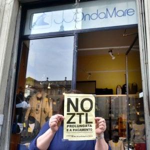 """Torino, i vigili  fanno togliere dai negozi le locandine """"No alla Ztl a pagamento"""""""