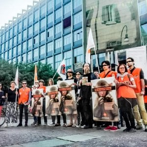 Torino, protesta animalista davanti a Palazzo Nuovo contro il progetto sui macachi