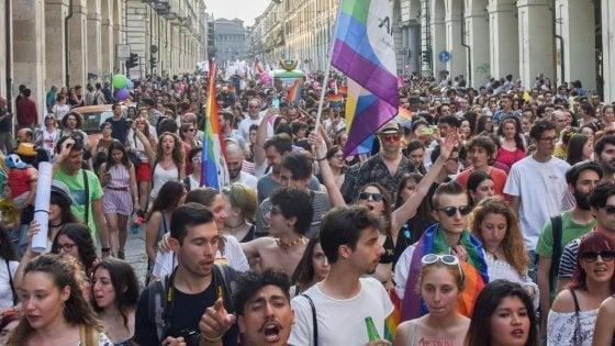 Torino Pride, sfilano i rettori di Università e Politecnico. In testa anche Vladimir Luxuria