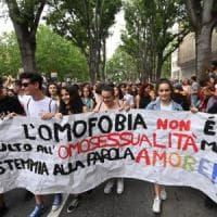 In migliaia al Gay pride per il centro di Torino: sindaca e Luxuria in prima