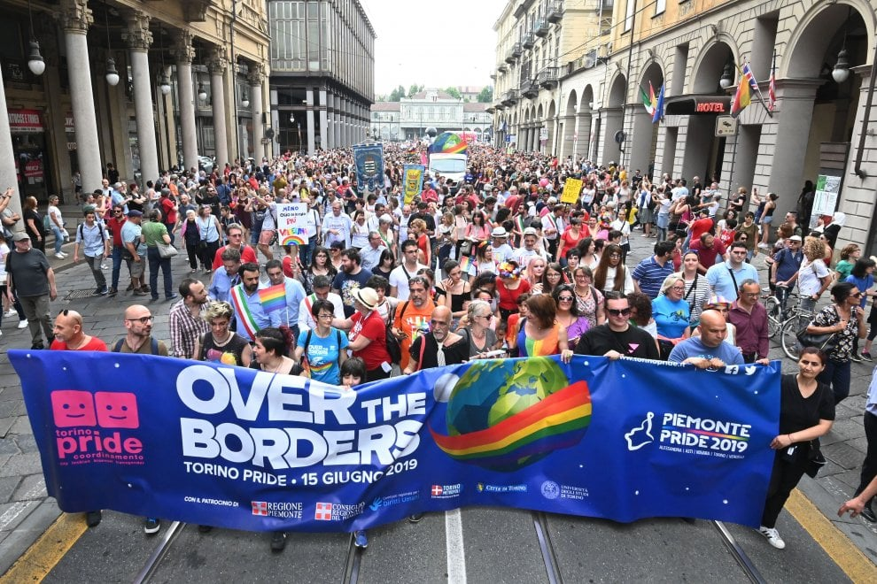 La sfilata colorata del Gay pride sotto la Mole