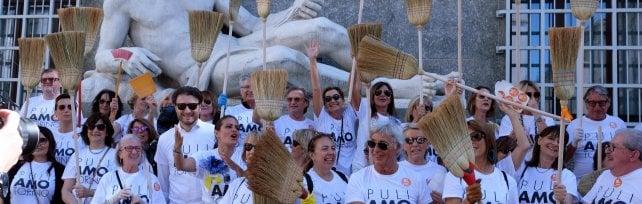 """In piazza con la scopa a pulire Torino:  """"L'ex capitale ora versa in condizioni di degrado"""""""