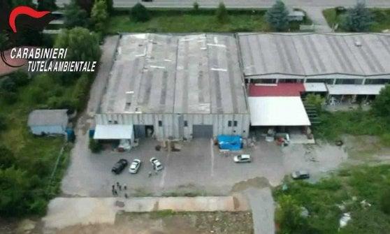 Torino, scoperti con i droni quattro capannoni pieni di rifiuti plastici
