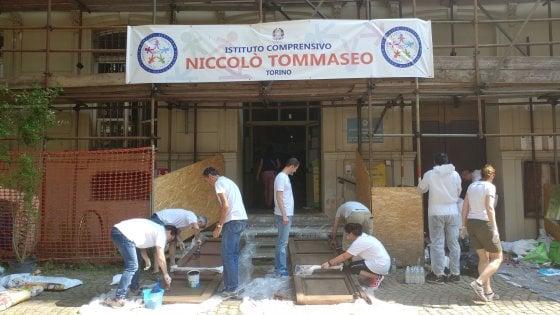 Gli impiegati della banca risistemano la scuola Tommaseo di Torino