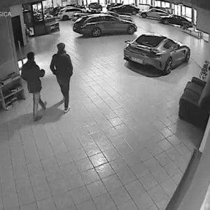 Rubavano vetture negli autosaloni di Cuneo e Torino: 8 arresti