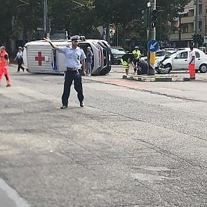 Scontro tra un'auto e un'ambulanza, caos all'incrocio: deviato il tram
