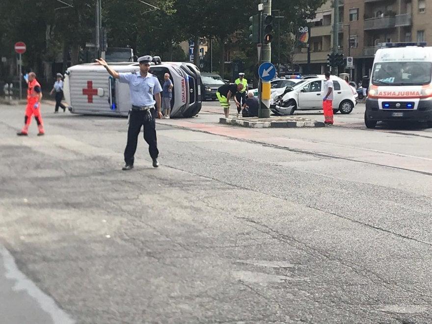 Le scene del soccorso all'ambulanza ribaltata in corso Unione