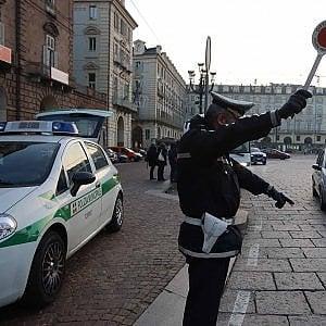 Torino, senza patente scappa ai vigili urbani: multa da 13 mila euro