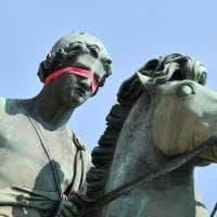 """Bende rosse alle statue di Torino: """"Toglietele dagli occhi e svegliatevi contro questo sistema"""""""