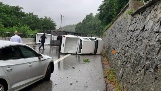Si ribalta la bisarca, le automobili cadono e invadono l'autostrada Torino-Savona