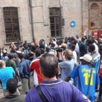 La rivolta dei migranti stagionali blocca il traffico a Saluzzo: