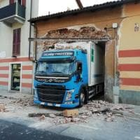Il camion è troppo grande e sfonda il muro