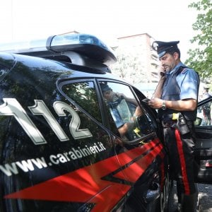 Minaccia di morte la compagna e la insegue calandosi dal balcone, arrestato