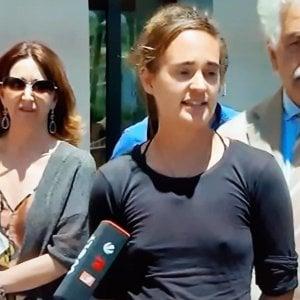 Torino, solidarietà a Carola: senza reggiseno al lavoro, in ufficio o  a fare la spesa
