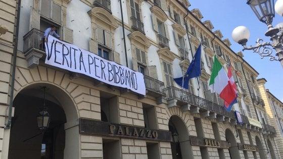 """La Regione Piemonte espone lo striscione """"Verità per Bibbiano"""" accanto a quello per Regeni"""