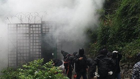 Scontri nei boschi attorno al cantiere: bombe carta, pietre e lacrimogeni. Un agente ferito