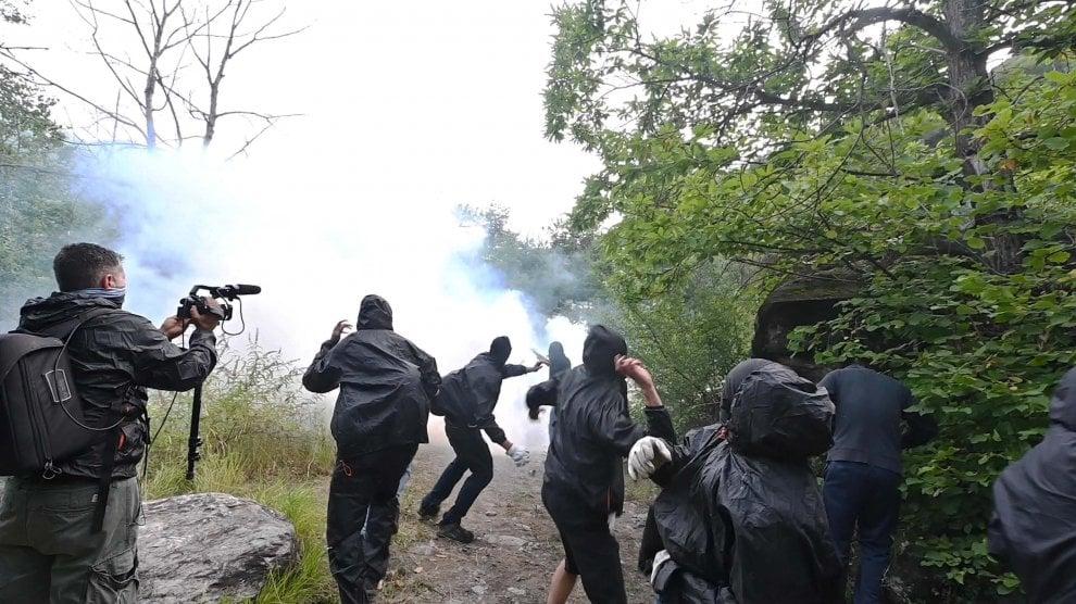 L'assalto al cantiere e il lancio di lacrimogeni
