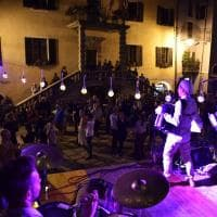 Terract, la performance comincia con un ballo in piazza a Limone