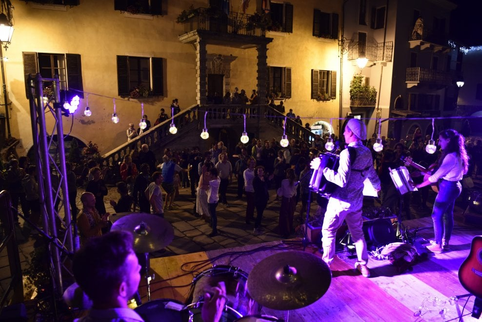 Terract, la performance comincia con un ballo in piazza a Limone