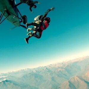 Cade da 4mila metri il portellone di un aereo da paracadutismo, nessun ferito