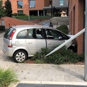 Biella: senza patente né assicurazione si schianta, una supermulta da quasi 8mila euro