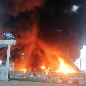 Biella, dieci ore di incubo per l'incendio in un'azienda di smaltimento rifiuti. Ora si attende l'esito sulla diossina