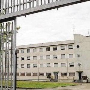 Asti, detenuto tenta il suicidio con le lenzuola legate alle sbarre