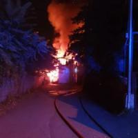Arona, incendio devasta un'autorimessa . Gente in strada per lo spavento