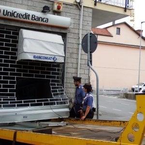 Tentano di sradicare un bancomat con il carroattrezzi: fermati dai carabinieri