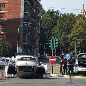 Torino, ladro in fuga si ribalta con l'auto a pochi passi dal centro