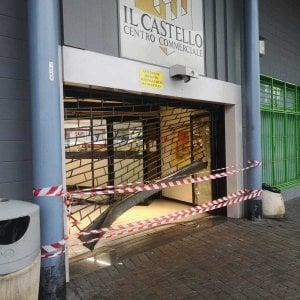In furgone contro la saracinesca, furto con scasso al centro commerciale Castello di Nichelino
