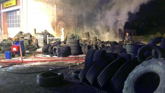 A fuoco un deposito di gomme a Moncalieri, puzza di bruciato in diverse zone della città