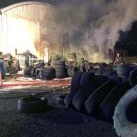 A fuoco un deposito di gomme a Moncalieri, puzza di bruciato in diverse