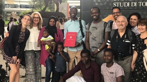 Sbarcato a Lampedusa nel 2011, rifugiato si laurea a Torino con tesi sui diritti umani in Darfur