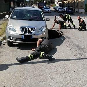 Torino: cede l'asfalto, l'auto parcheggiata rischia di essere inghiottita dalla voragine