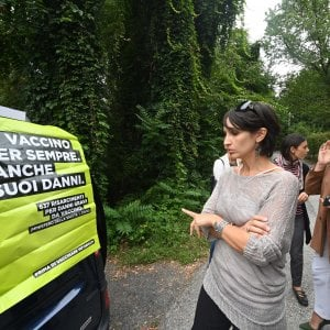 Ivrea: notte al freddo davanti alla scuola per la mamma delle gemelline senza vaccino non ammesse alle lezioni
