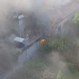 Torino, incendio in una carrozzeria. Grave al Cto un dipendente che ha cercato di  spegnere le fiamme