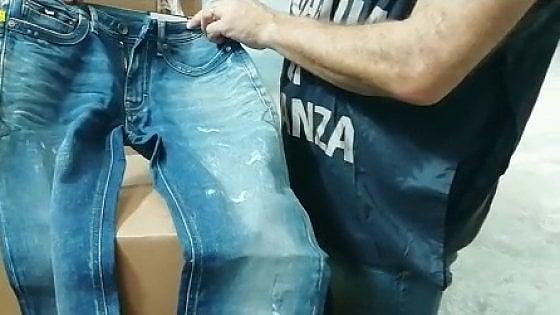 La finanza sequestra migliaia di jeans contraffatti: frode da un milione di euro