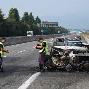 Bimba e papà muoiono nell'auto che s'incendia dopo tamponamento sulla Torino-Pinerolo