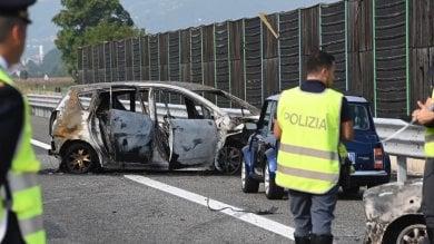 Pinerolo, l'auto si incendia dopo uno scontro, muoiono papà e bambina                              Foto                  Video/ La ricostruzione della stradale