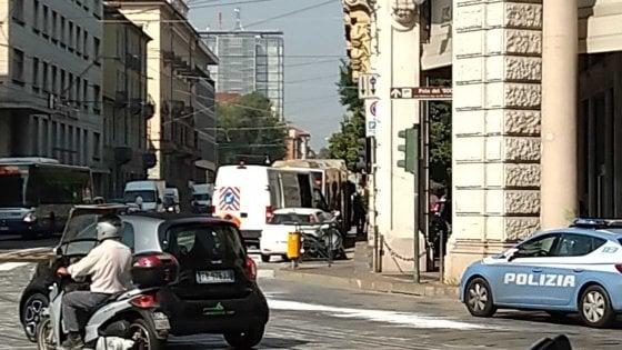 Bus perde gasolio in centro, caos nel traffico e pedoni gambe all'aria